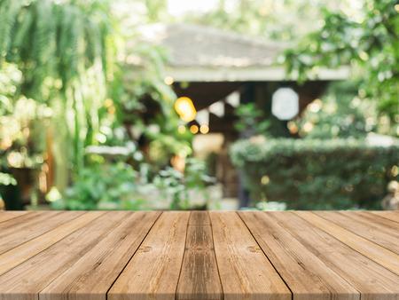 cocina antigua: tablero de mesa vacía de madera delante de fondo borroso. Perspectiva de madera marrón sobre la falta de definición en la cafetería - se puede utilizar para la visualización o Montage su products.Mock para la exhibición de productos.