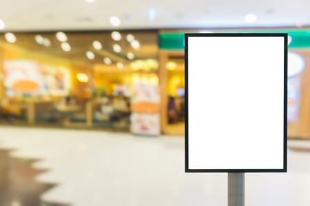 centro comercial: signo de madera en blanco con copia espacio para su mensaje de texto o contenido en el moderno centro comercial.
