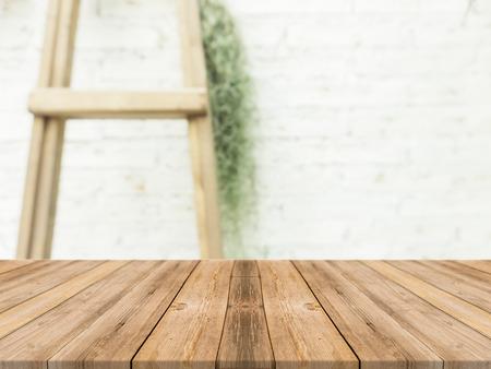 Tabla vacía del tablero de madera delante del fondo borroso. Madera marrón de la perspectiva sobre la falta de definición en cafetería - puede ser utilizado para la exhibición o el montaje de sus productos. Esté preparado para la exhibición del producto. Foto de archivo