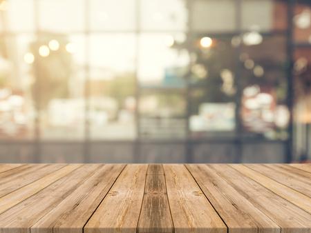 Houten plank lege tafel voor onscherpe achtergrond. Perspectief bruin hout dan vervagen in coffeeshop - kan worden gebruikt voor weergave of montering uw products.Mock up voor de weergave van het product. Stockfoto