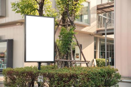conclusion: Placa blanca al aire libre en blanco en una publicidad de los restaurantes de la acera. Foto de archivo