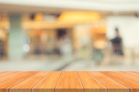 tiefe: Holzbrett leere Tabelle unscharfen Hintergrund. Perspektive braunem Holz über Unschärfe im Shop Abteilung - kann für die Anzeige verwendet werden oder Ihre products.Mock für die Anzeige von Produkt montage auf.