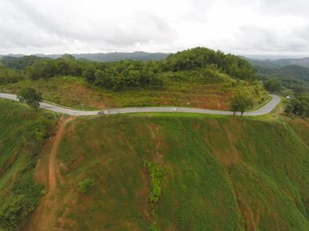 Luchtfoto van scheve padweg op de berg, Shot van drone.