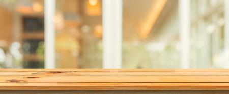 나무 보드 빈 테이블 위쪽 흐린 된 배경입니다. 커피 숍 배경에서 흐리게 통해 관점 갈색 나무 테이블. 파노라마 배너 - 몽타주 제품 표시 또는 디자인 스톡 콘텐츠