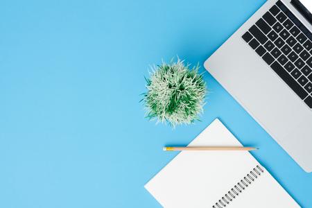 Espace de travail de bureau - maquette vue de dessus plat laïque photo de l'espace de travail avec ordinateur portable et ordinateur portable sur fond pastel bleu. Concept de bureau de travail espace copie couleur bleu pastel.