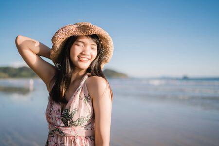 Junge asiatische Frau, die sich am Strand glücklich fühlt, schöne Frau glücklich entspannt lächelnden Spaß am Strand in der Nähe des Meeres bei Sonnenuntergang am Abend. Lifestyle-Frauen reisen auf Strandkonzept.