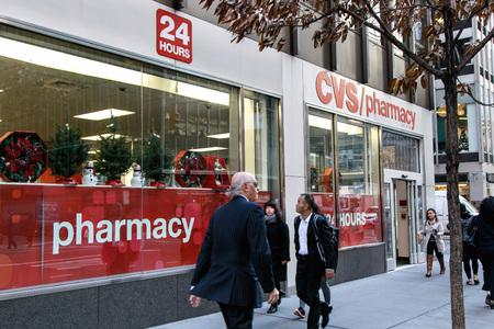 뉴욕, 2016 년 12 월 1 일 : 맨해튼의 3 번가에 위치한 CVS 약국이 도보로 이동합니다.