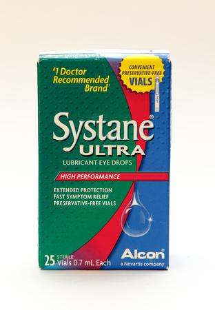 New York, 25 januari 2017: Een pakje Systane glijmiddel oogdruppels staat tegen een witte achtergrond.