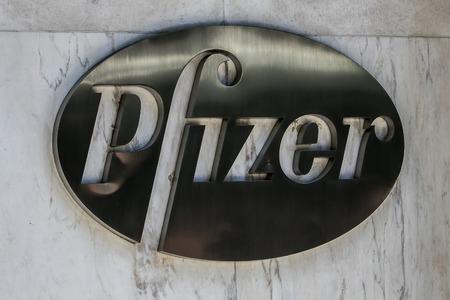 マンハッタンにある同社の本社の建物にニューヨーク、2016 年 7 月 19 日: ファイザー社のロゴ。