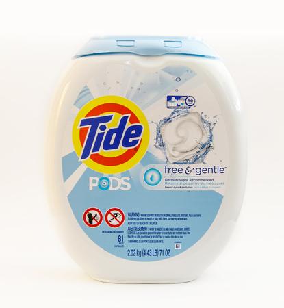 ニューヨーク、2017 年 3 月 2 日: 白い背景で潮ランドリー洗剤ポッドのパッケージです。