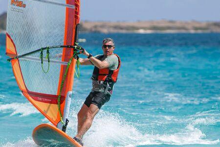 windsurf: San Martín, Antillas francesas, 22 de marzo de 2017: Un hombre está disfrutando del windsurf.