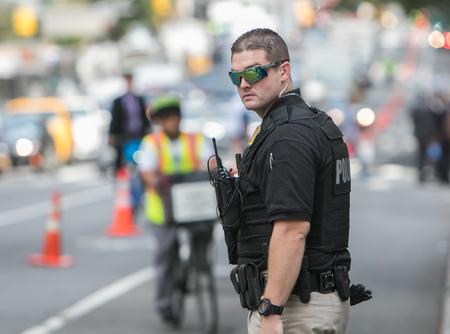 Een Secret Service Agent helpt direct verkeer en houdt de gereserveerde baan op de 2e Avenue duidelijk tijdens de Algemene Vergadering van de VN.
