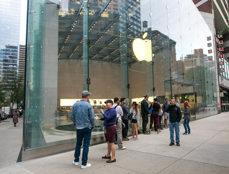 sidewalk talk: New York, September 28, 2016: People are lining up in front of an Apple store in anticipation of its opening.