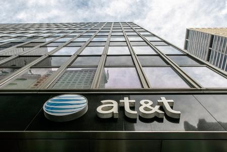 New York, le 27 décembre 2016: logo American Telegraph and Telephone sur un immeuble du centre-ville de Manhattan abritant l'un de leurs nombreux points de vente dans la ville.