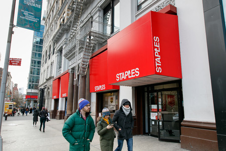 New York, March 11, 2017: People walk by a Staples store on Union Square. 新聞圖片