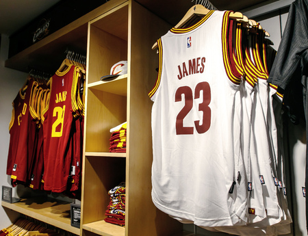 New York, February 21, 2017: Replica jerseys of LeBron James of Cleveland Cavaliers on sale in the NBA store in Manhattan. Imagens - 77284689