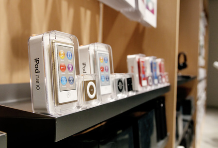 New York, February 9, 2017: New iPod Shuffle and iPod Nano mp3 players stand on a shelf in Apple store on 5th Avenue in Manhattan. 新聞圖片