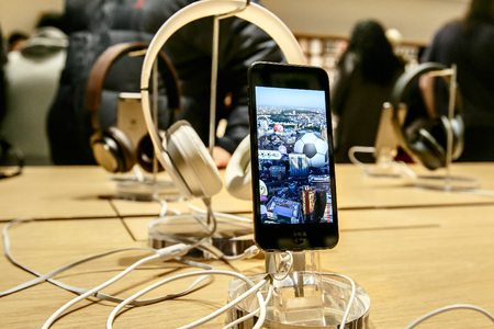 New York, February 9, 2017: The new iPod Touch and headphones are set on display in Apple store on 5th Avenue. 新聞圖片