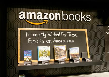 뉴욕, 2017 년 6 월 1 일 : 타임 워너 센터에 새로 오픈 한 아마존 서점의 계산대 뒤 벽에 몇 권의 책이 전시되어 있습니다.