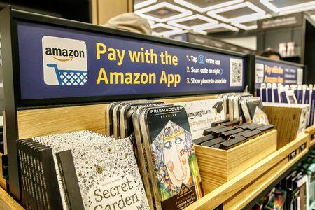 뉴욕, 2017 년 6 월 1 일 : Time Warner Center에 새로 오픈 한 Amazon Books 스토어에 다양한 상품 품목이 전시됩니다. Amazon 애플리케이션을 사용하여 구매하는 방