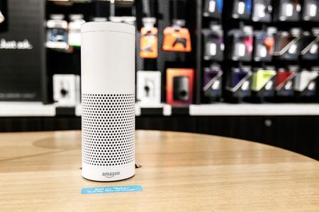 Nueva York, 1 de junio de 2017: Amazon Echo está en exhibición en una mesa en una tienda recién abierta de Amazon Books en Time Warner Center.