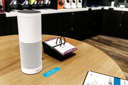 New York, 1 juni 2017: Amazon Echo staat tentoongesteld op een tafel in een nieuw geopende Amazon Books-winkel in Time Warner Center.