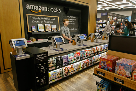 タイム ワーナー センターに新しくオープンしたアマゾンの書籍店でレジ後ろにニューヨーク、2017 年 6 月 1 日: A 店員立っています。