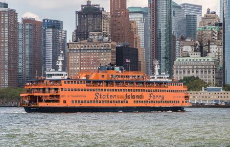 New York, August 17, 2016: A Staten Island Ferry is preparing to dock in Manhattan. Zdjęcie Seryjne - 83708806