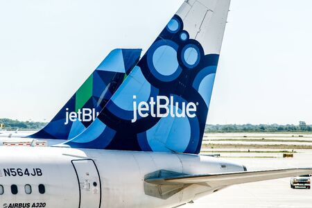 New York, June 22, 2017: Two JetBlue airplanes are parked by the gates awaiting passenger boarding. Imagens - 83708838