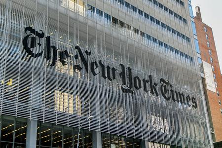 뉴욕, May 08, 2017 : Manhattan의 The New York Times 신문 본사의 외벽에있는 로고.