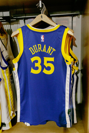 New York, October 20, 2017: Replica jersey of Kevin Durant of Golden State Warriors on sale in the NBA store in Manhattan. 新闻类图片