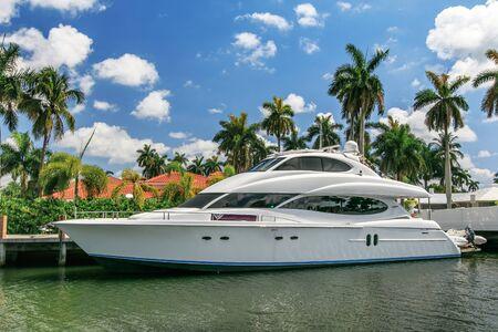 Fort Lauderdale, FL, 17/05/2019 : un yacht de luxe privé est amarré dans une maison privée sur le boulevard Las Olas. Éditoriale