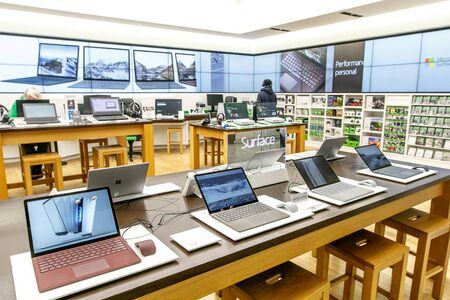Variety of laptops running Windows Surface for sale at a Microsoft store in Prudential Center in Boston. 新聞圖片
