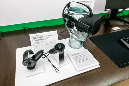 Oculus Rift and Touch for sale at a Microsoft store in Prudential Center in Boston. 新聞圖片