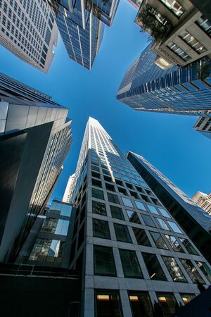 New York, 10/20/2017: Skyward view of 432 Park Avenue - a luxury residential tower in midtown Manhattan - and surrounding buildings. Imagens - 133574727