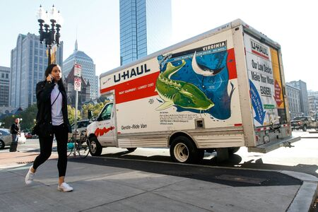 U-Haul truck parked in central Boston. Imagens - 133574741