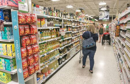 Fort Lauderdale, FL, 5/15/2019: People are shopping at a Publix supermarket. Imagens - 133574743