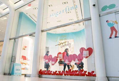 New York, Feb 9, 2018: Young man and woman are seen browsing a Sugarfina store. Imagens - 133574778