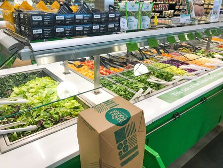 Park City, UT, 12/29/2018: Salad bar at a Whole Foods store. Imagens - 133574782