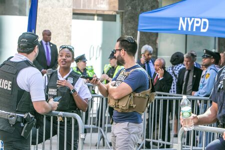 New York City, 9/27/2019: Secret Service agents and other security personnel is deployed at a police checkpoint in Manhattan during UN General Assembly. 新闻类图片