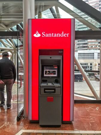 Boston, October 29, 2017: Santander ATM awaits customers at an overpass. 免版税图像 - 138056004
