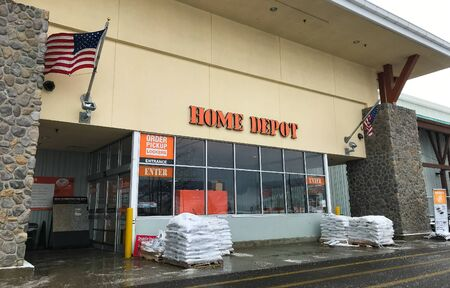 Park City, UT, 1/1/2020: American flag is flying at the entrance ot a Home Depot home improvement store. 新闻类图片