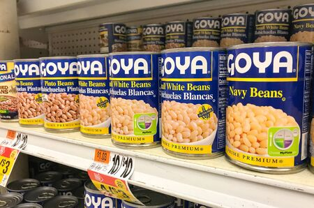 Basking Ridge, NJ, 08/02/2019: Goya canned beans stand on a shelf of a Stop and Shop supermarket. 免版税图像 - 138056011
