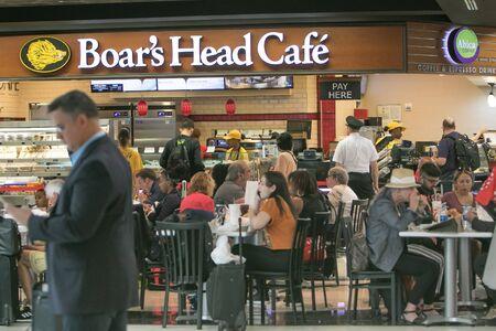 Atlanta, GA 8/28/2019: People are eating at Boar's Head Cafe at Hartsfield-Jackson Atlanta International Airport. 免版税图像 - 138056013