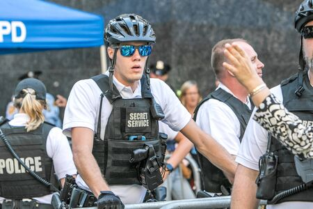 New York City, 9/27/2019: Secret Service agent wearing sunglasses and bicycle helmet is working at a police checkpoint in Manhattan during UN General Assembly. 免版税图像 - 138056019
