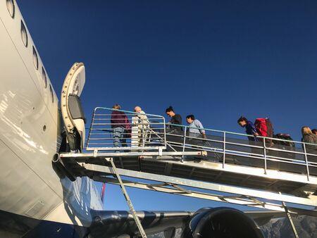Jackson, WY, 8/28/9019: Passengers are boarding a Delta Airlines flight via ramp. 免版税图像 - 138056023