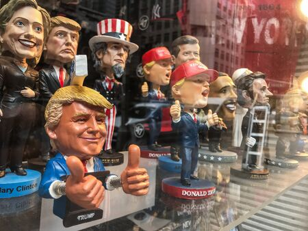 New York, 5/23/2019: Bobble head dolls of various political figures are seen on a gift shop's window display. 免版税图像 - 138056025