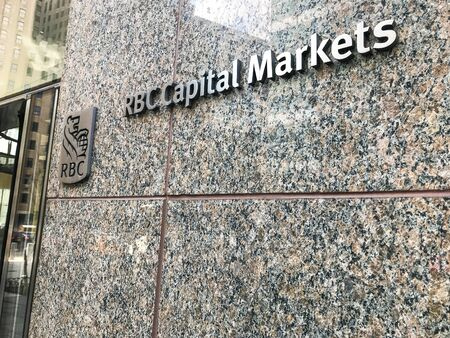 New York, 3/7/2019: Corporate signage for RBC Capital Markets outside their office in downtown Manhattan. 免版税图像 - 138056028