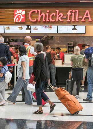 Atlanta, GA 8/28/2019: People are standing in line to a Chick-fil-A cafe at Hartsfield-Jackson Atlanta International Airport. 免版税图像 - 138056038