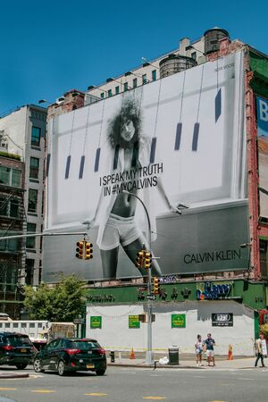New York, 6/15/2019: View of a large Calvin Klein billboard set up on a side of a building along Houston Street. 免版税图像 - 138056052